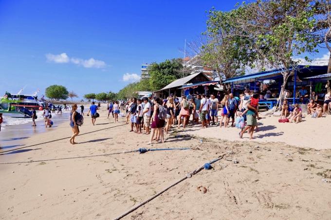 レンボンガン島へ行くボートを待つ大勢の人々