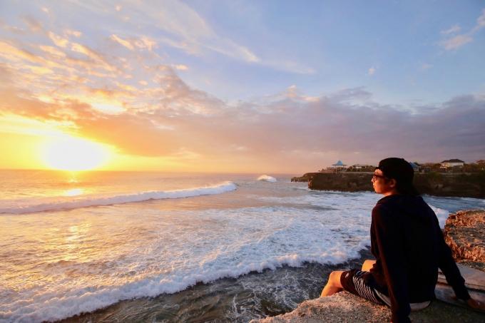 レンボンガン島の観光スポットのサンセットポイントとホリ