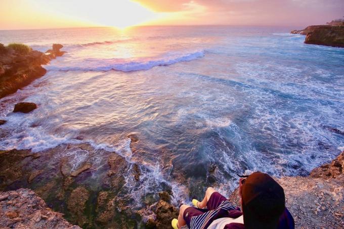 レンボンガン島のサンセットポイントの崖とホリ