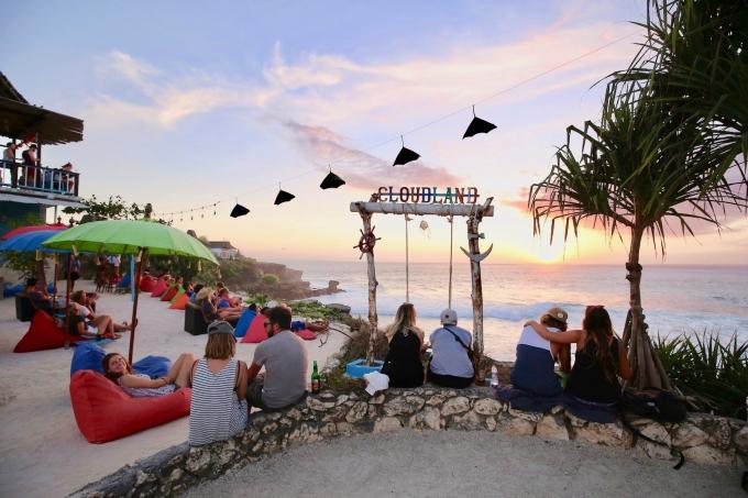 レンボンガン島のサンセットポイントでくつろぐ観光客
