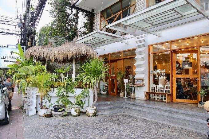 バリ島のスミニャックエリアにあるカフェオーガニックの外観