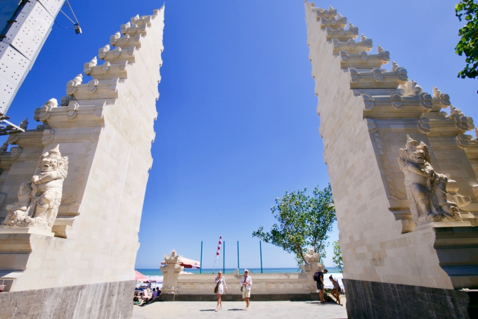 バリ島のスミニャックエリアで有名な割れ門