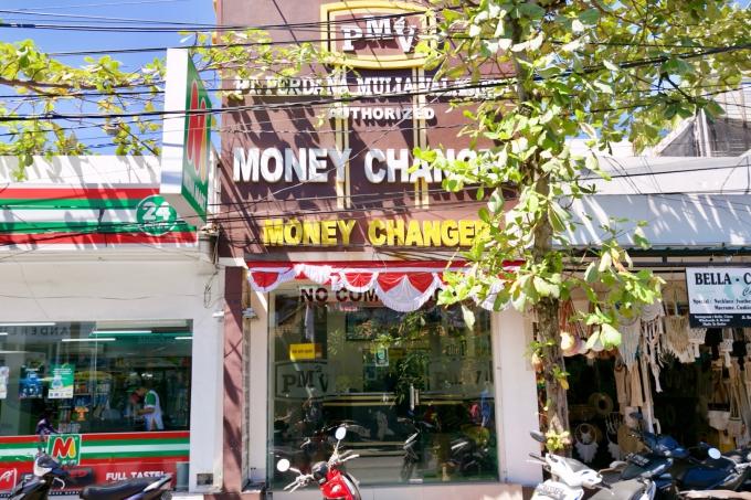 バリ島のスミニャックエリアにある両替所