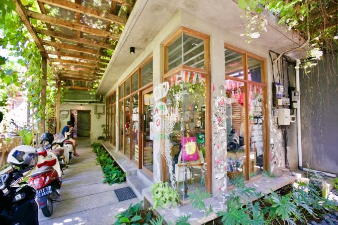 バリ島のスミニャックエリアにある雑貨店トコパサールパサランの外観