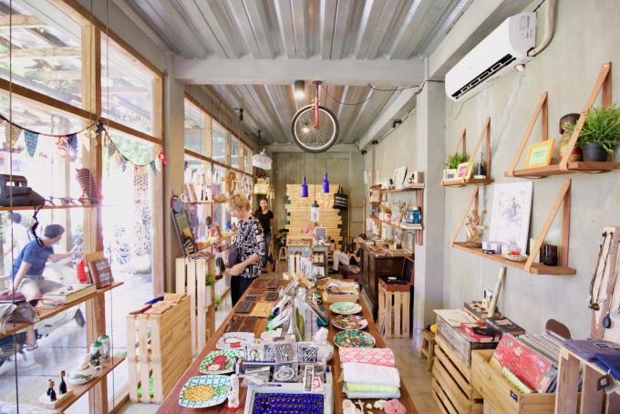 バリ島のスミニャックエリアにある雑貨店トコパサールパサランの店内