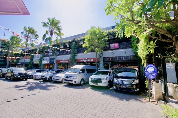 バリ島のスミニャックエリアに立ち並ぶ飲食店