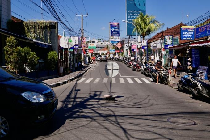 バリ島のスミニャックエリアの歩道を歩く観光客