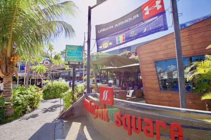 バリ島のスミニャックエリアにあるスミニャックスクエアの外観