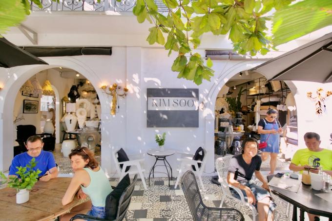 バリ島のスミニャックエリアにあるキムスーの店内と観光客