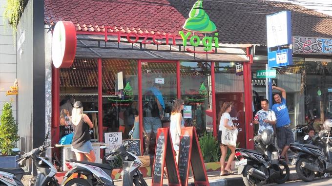 バリ島のスミニャックエリアにあるフローズンヨーグルト店の外観