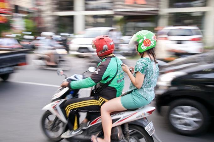 バイクタクシーを利用する観光客