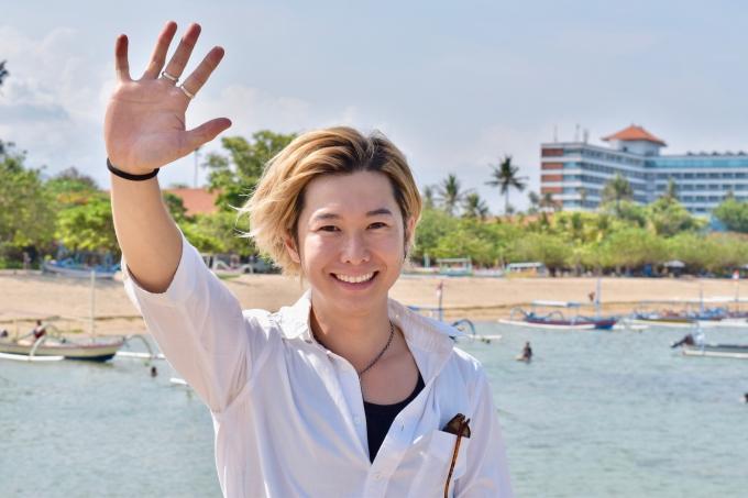 サヌールビーチで挨拶するホリ